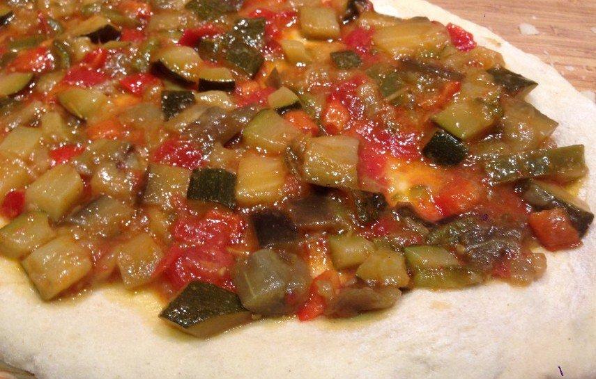 Pizza de pisto antes del horno