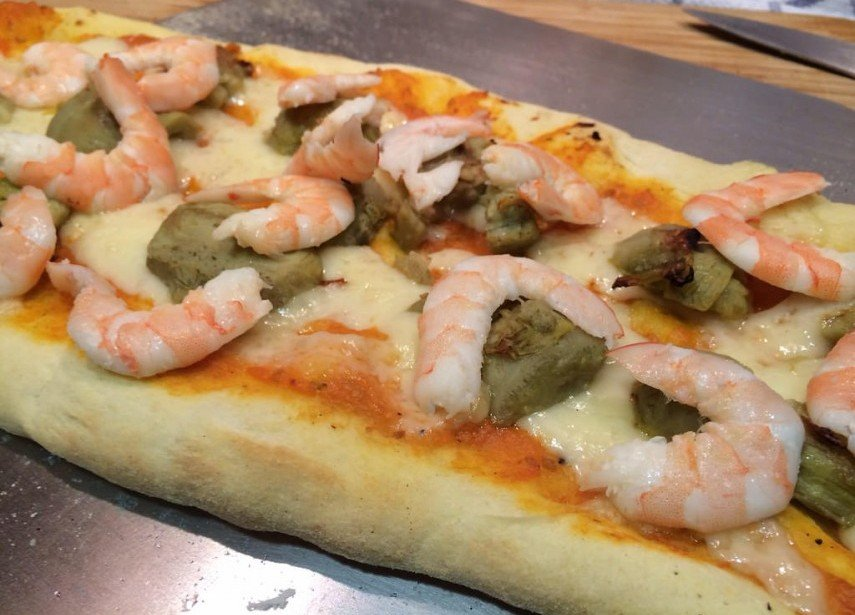 Pizza de alcachofas y langostinos