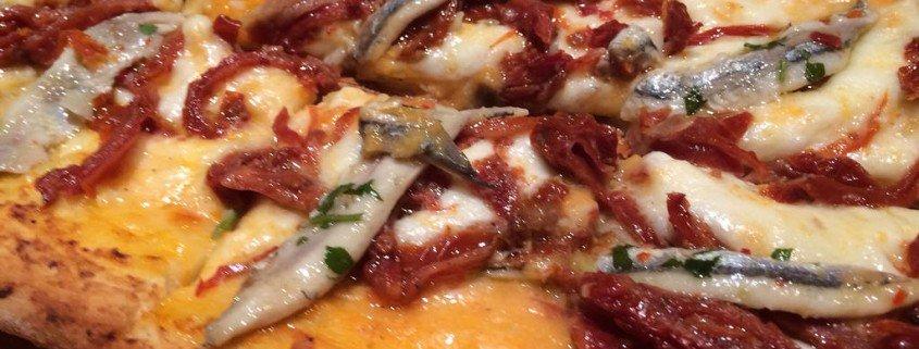 Pizza de boquerones y tomates secos